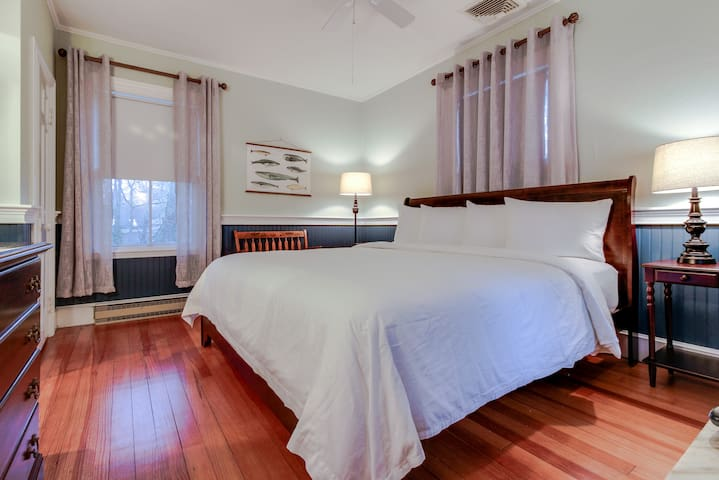 Bright Room w/ King bed in Falmouth Village