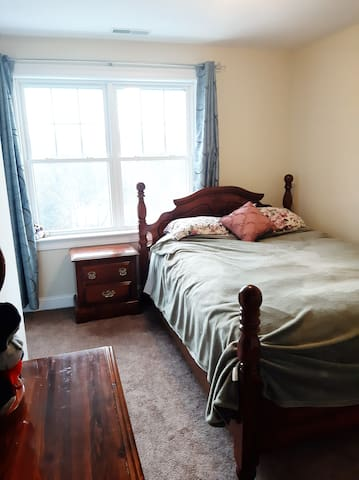 Quiet room in a house close to Rt2 and Rt495