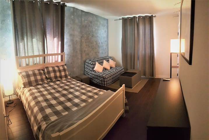 Private suite with Separate Entry, Washroom & Wifi