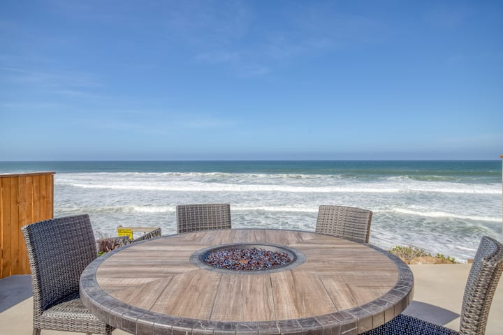 Luxurious Oceanfront Palace has Private Beach Access, Gourmet Kitchen, Hot Tub and Bella Beach Amenities!