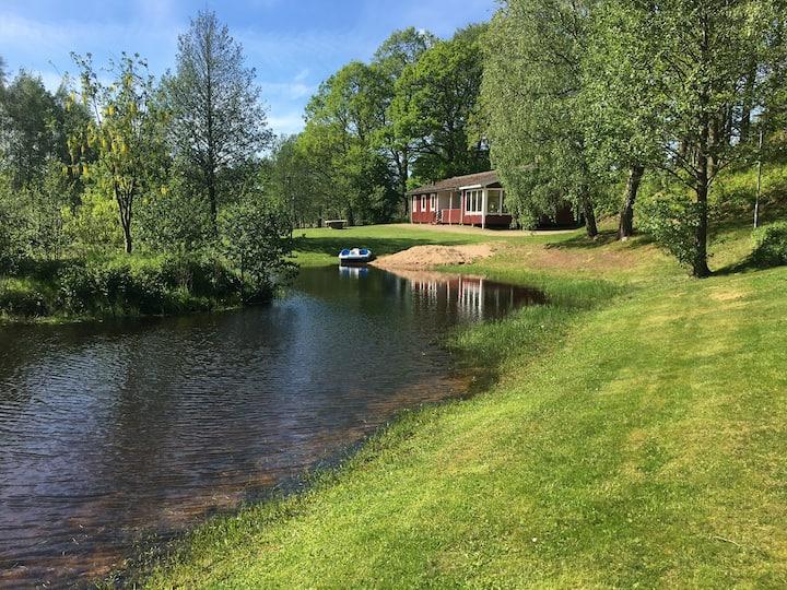 Hyr stuga med kanot/båt nära till skogen (1032)