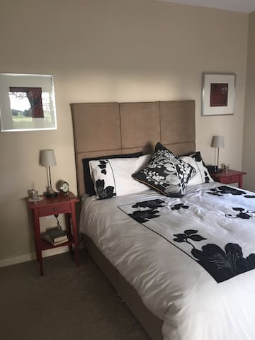 Large ensuite room with King bed - Ballymote  - House