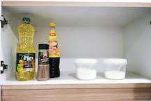 На кухне мы приготовили для Вас подсолнечное масло, соль, перец, сахар и любимый тайский соус.