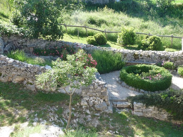 Stylish village cottage with great views & gardens - Caramanico Terme - Huis