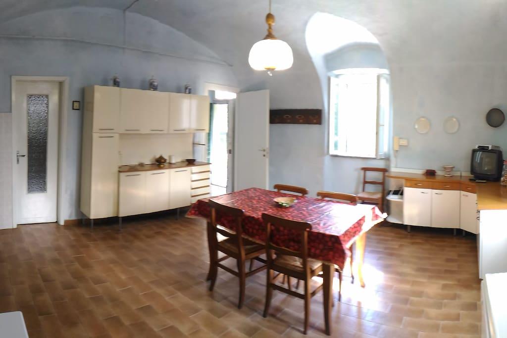 la grande cucina con voltine da cui si accede ad una dispensa nel sottoscala...il colore azzurrino lo volle la nonna negli anni 60...e da allora si fa per tradizione...