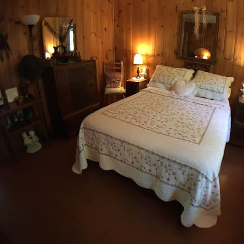 Chambre principal avec la chaleur des murs en bois