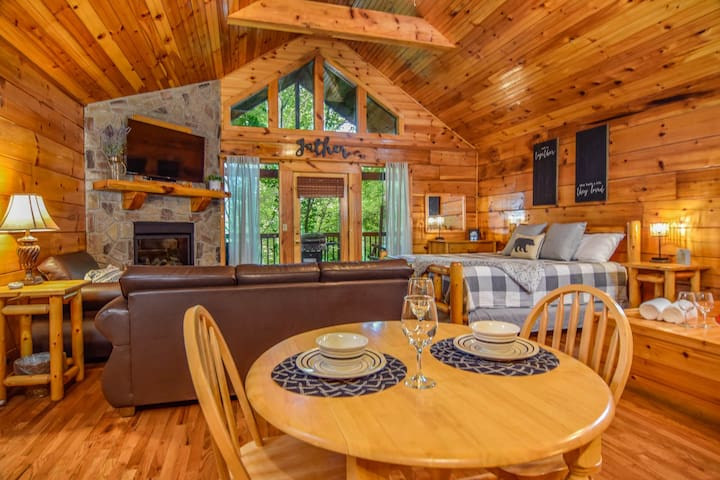 Cabin Mins Away from Attractions, Hot Tub King Bed