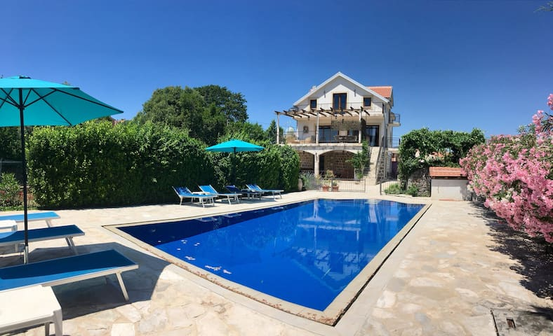 LUXURY VILLA WITH LARGE POOL, SET IN LOVELY GARDEN