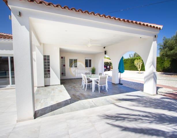 Luxury Villa close to beach & free breakfast