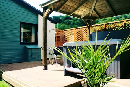 Blackmoor Red Cottage with Hot Tub & Swimming Pool - Notter - Bungalow