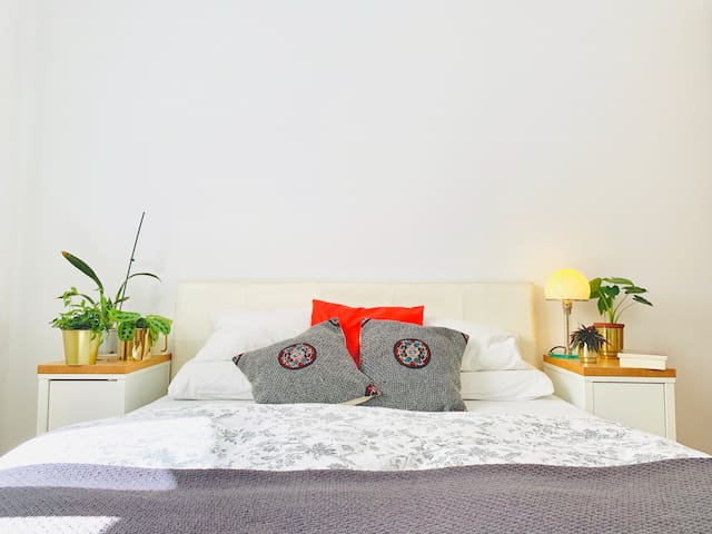 Central queen room in stylish apartment+breakfast