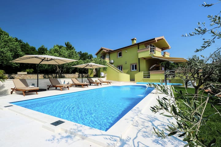 Gorgeous villa with private  pool , 100 m distant from the sea !