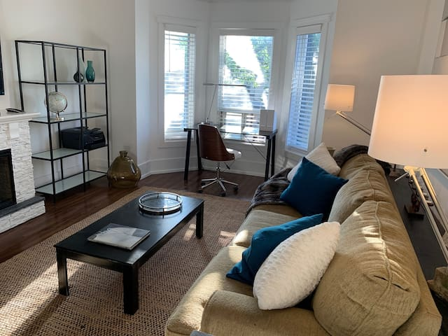 Business or Pleasure Perfection... extra large living room, lots of space to host your guests.