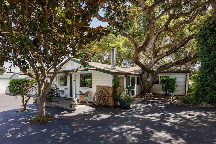 Barlocker's Rustling Oaks Ranch - The Cottage