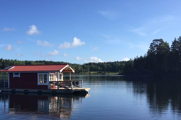 Unikt boende i Husflotten Maja på sjön Tisnaren