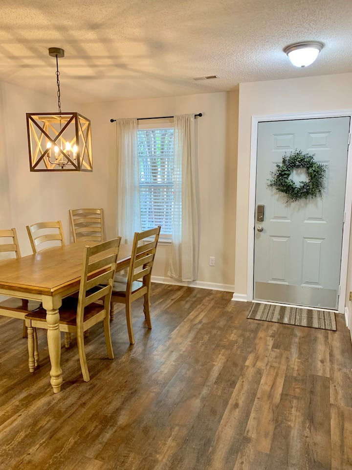 Lovely Renovated Townhome in Central Location
