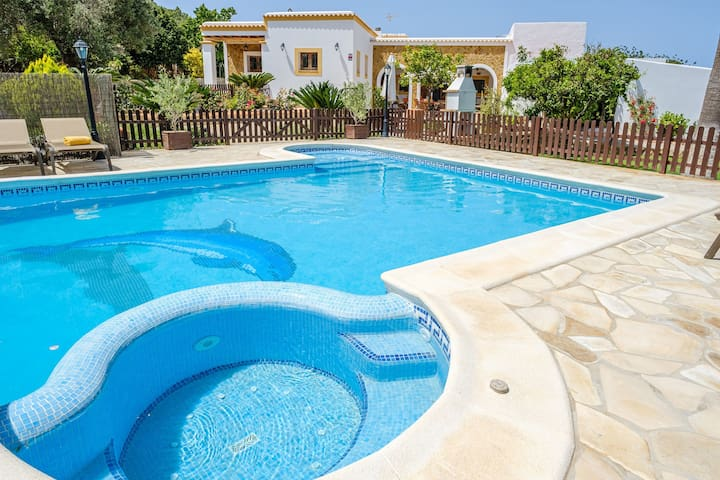Air-Conditioned Luxury Villa with Pool, Jacuzzi, Garden, Terrace & Wi-Fi; Parking Available