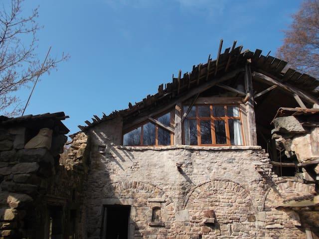 Kom slapen in een unieke ruïne-kamer!