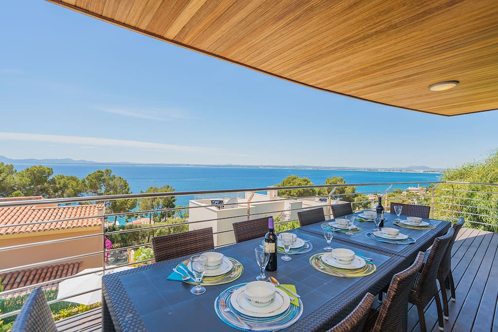 Terrace with large table and sea view