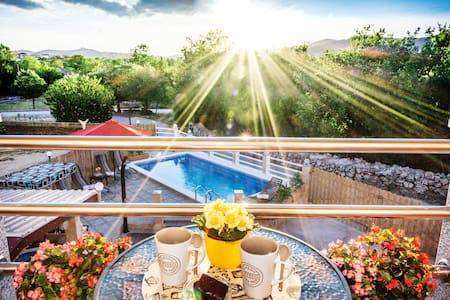 25%OFF-ROMANTIC VILLA BY SPLIT HEATED POOL,HOT TUB