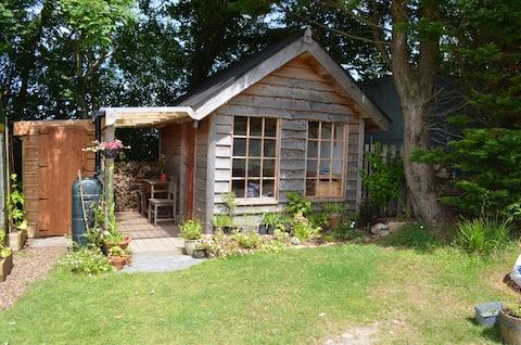 Huiselijke hut, onderdeel van rustige kleine boerderij