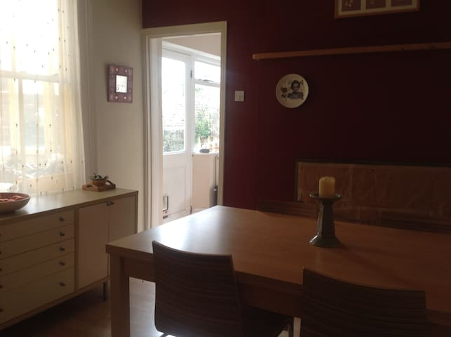 Private single room in friendly home