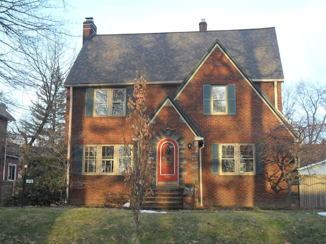 Crest Bed and Breakfast - Cleveland Heights