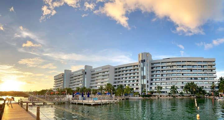 Apartamento con playa privada y vista al mar
