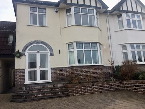 Immaculate small single room in lovely house.