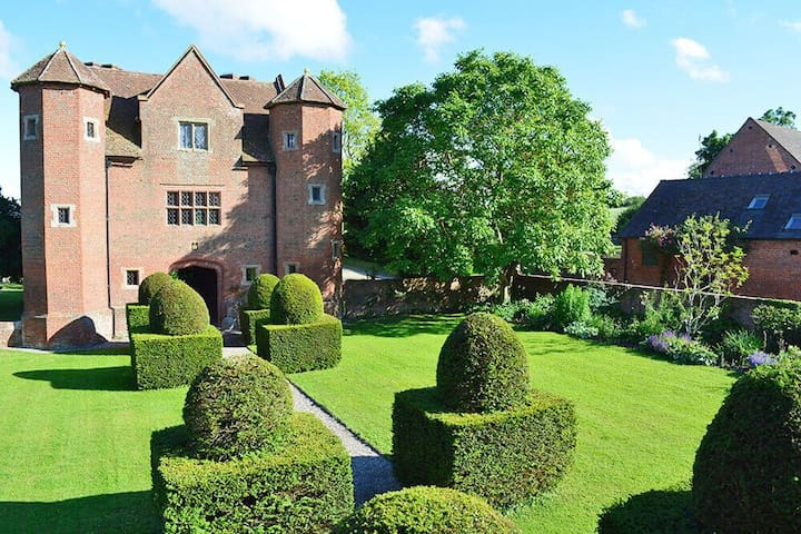 Luxurious hideaway for four in one of the finest Elizabethan gatehouses in England