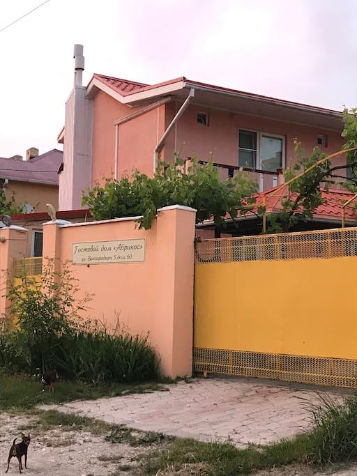 Территория Гостевого дома Абрикос закрыта и находится под видео наблюдением