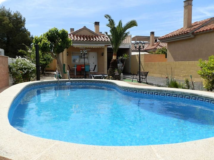 CASA NOHEMI,Ideal house for your holidays near the sea, free wifi, air conditioning, private pool, pets allowed, dog's beach.