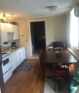 Cozy 2bd Apartment 4 Blocks from UM Stadium - Ann Arbor - Daire
