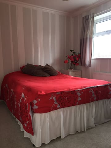 Warm double bedroom,FREE parking, safe,nice & cosy