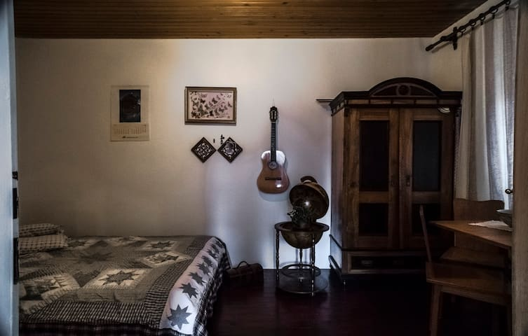 Vintage comfy room on the Castle Hill with gardens
