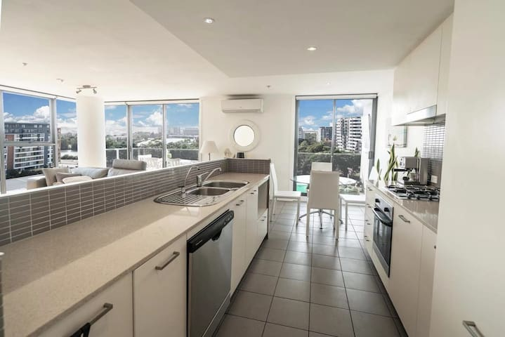 SYD Airport 2 Min+270° View+Queen Bed+Parking+Pool