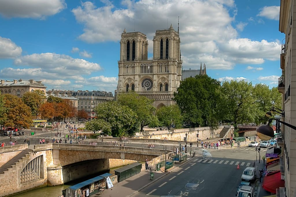 at 2 steps from notre dame