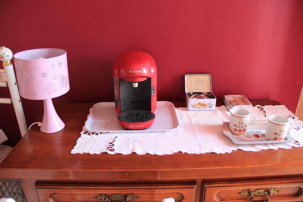 Sur notre bureau de style, vous trouverez un petit percolateur pour vous faire sur le pouce un café expresso ou bien la tisane de votre choix.