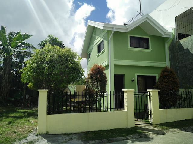 2BR Tagaytay Hse - Quiet, BBQ pit, near Sky Ranch!