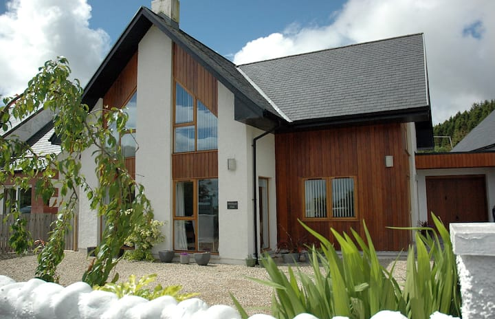 Modern Luxury 4 Bedroom House in Perfect Location
