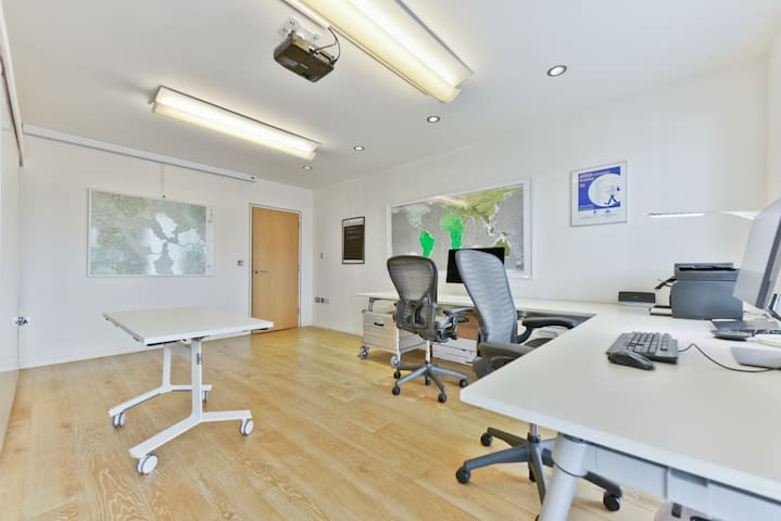 Excellent Shoreditch apartment - work from home