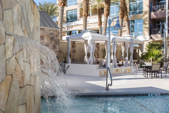Modern, Sophisticated Suite with Pool Access   FREE Breakfast + Shuttles
