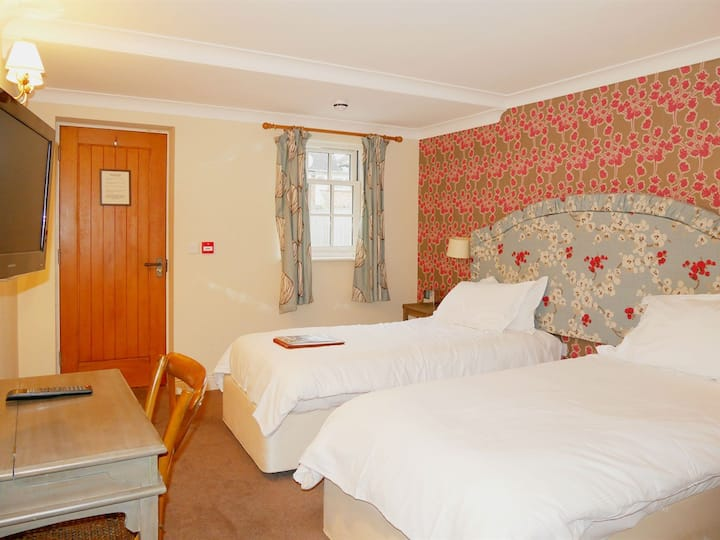 Twin Room Ensuite @ The Angel Hotel