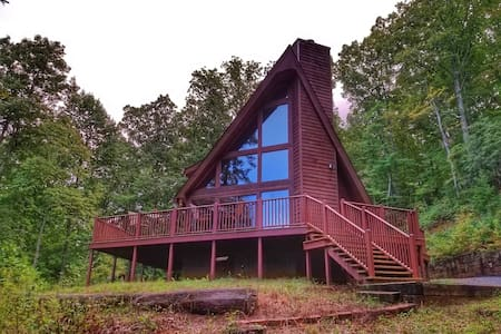 Secluded Cabin with a Mountain View, campfire pit, wifi, pet friendly