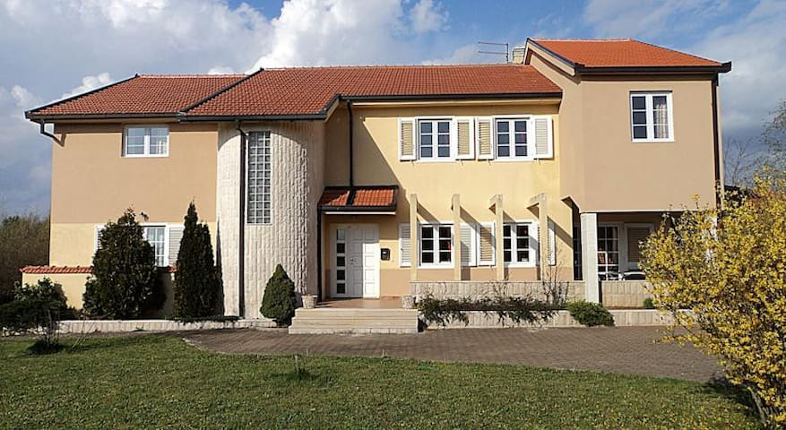 Spacious rooms,free parking - Međugorje - House
