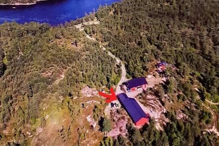 Toppstuga med mils vidd utsikt över skog och sjö