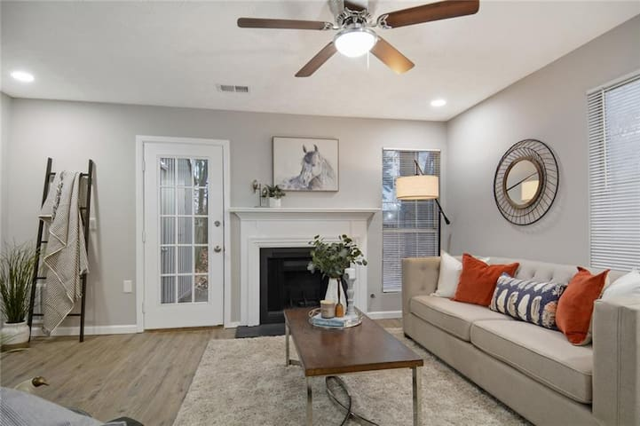 Beautifully Decorated Townhome Convenient to ATL