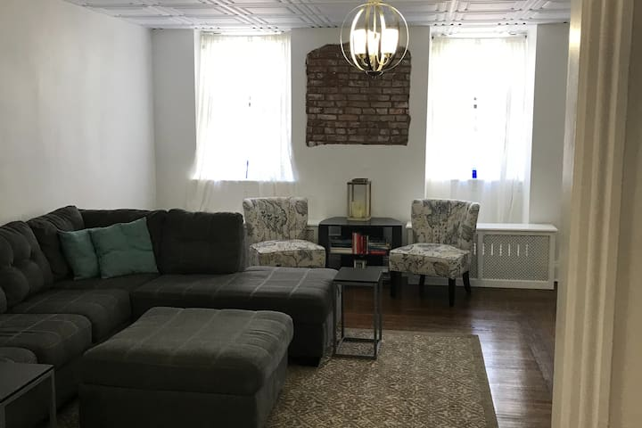Downtown spacious 1 bedroom apartment.