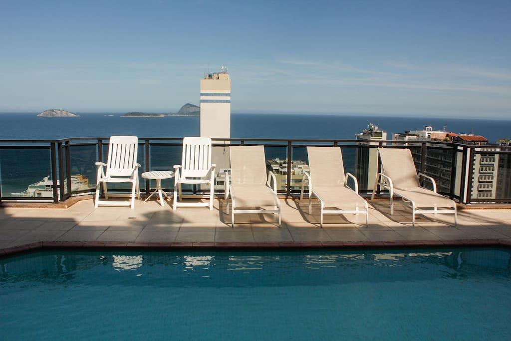 Piscina do Hotel com vista de todo leblon e do mar/ Hotel's swimming pool overlooking Leblon and with an ocean-view