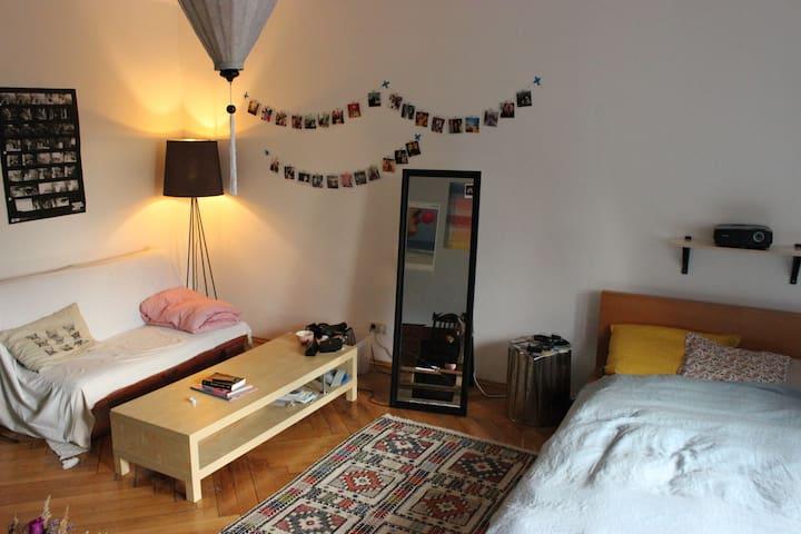 Spacious & charming Room in center - Munique - Condomínio